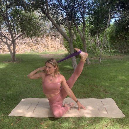 sangle de yoga Yogom violette échauffement