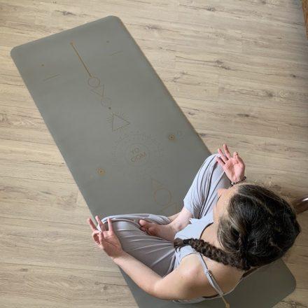 méditation sur le tapis de yoga écologique samadhi taupe gold