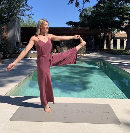 posture de yoga sur tapis de yoga écologique yogom