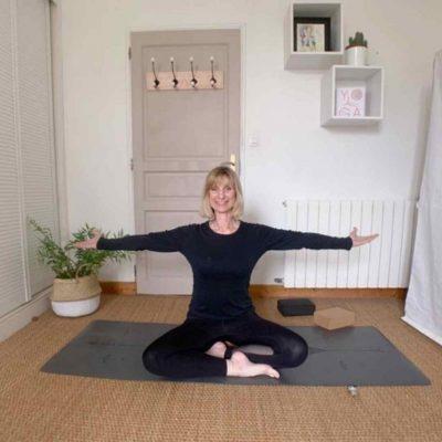 Femme de 50 pratquant le yoga senior sur un tapis de yoga antidérapant Yogom