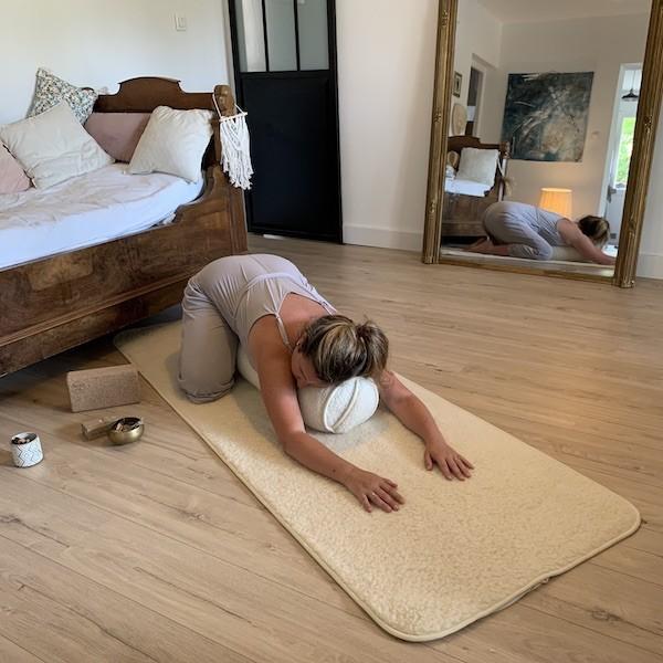 posture de l'enfant avec bolster yin yoga