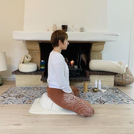femme qui médite sur son zafu en laine