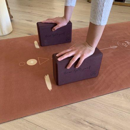 avant bras d'une femme en appui sur deux briques de yoga pour faire la posture de yoga bakasana