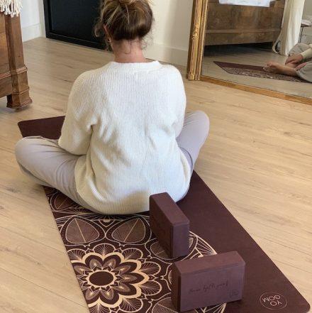 deux briques de yoga positionnées sur un tapis de yoga yogom le long de la colonne vertébrale