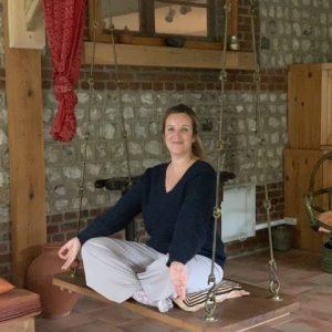 Mathilde Corbin la fondatrice de Yogom en posture de méditation sur une balançoire