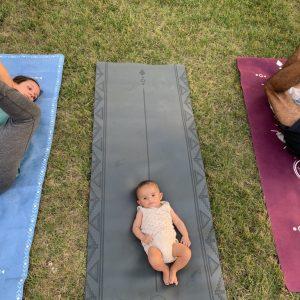 enfant qui regarde ses parents faire du yoga